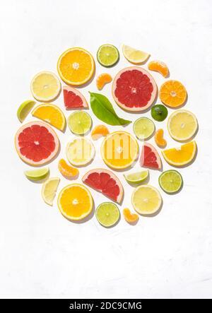 Motif coloré composé de tranches d'agrumes, d'orange, de citron, de lime et de pamplemousse. Décoration de gin concept sur fond blanc