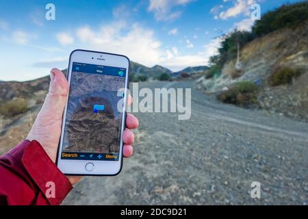 En utilisant l'app motionX GPS sur un iPhone 6 Plus pour parcourir un sentier de randonnée dans les montagnes de Santa Ana Orange County California USA