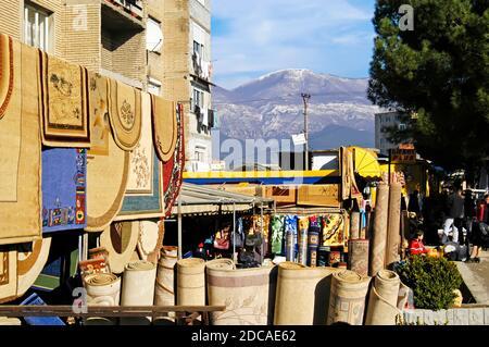 Marché de rue, centre de Tirana, Albanie
