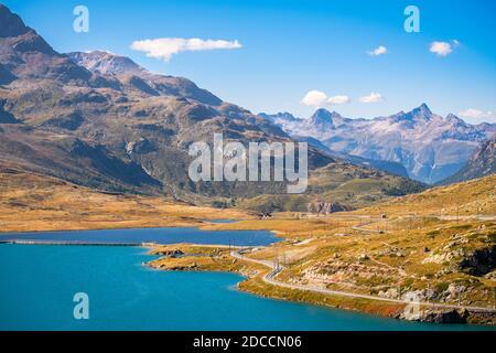 Vue sur les trois lacs du col de la Bernina (Grisons, Suisse) : Lago Bianco, Lej Nair et Lej Pitschen