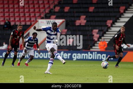 Eduardo Lucas Joao, de Reading, marque le but d'ouverture lors du match du championnat Sky Bet au stade Vitality, à Bournemouth. Banque D'Images