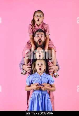 nos traditions. bonheur. joyeux fête des pères. vacances en famille. maman et papa avec filles. amour et confiance. Père et mère avec deux filles. Fête des mères. S'amuser ensemble.