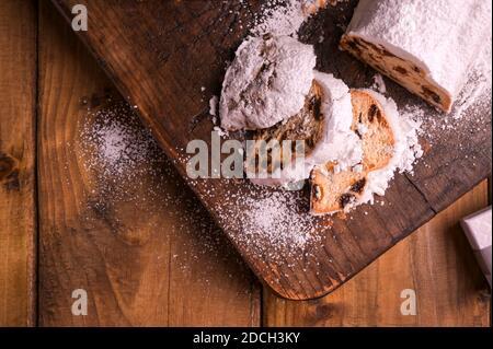 Étalon sur fond en bois. Pain sucré allemand traditionnel avec fruits secs et massepain pour Noël. Vue de dessus. Copier l'espace. Photo de haute qualité