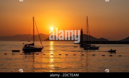 Coucher de soleil au phare dans la marina avec yachts à Bodrum, Turquie.