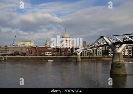 Millennium Bridge et de la Cathédrale St Paul, à Londres