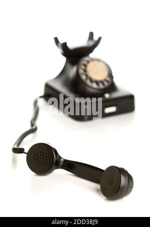 Téléphone vintage avec récepteur mis au point, isolé sur fond blanc