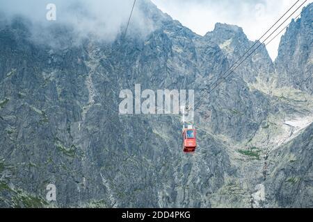 TATRANSKA LOMNICA, SLOVAQUIE, AOÛT 2020 - cabine rouge de téléphérique de Skalnate pleso au pic Lomnicky Stit dans les montagnes de High Tatras