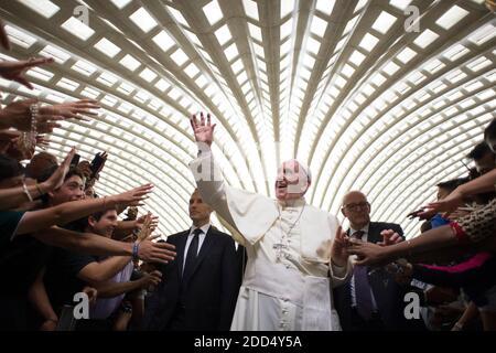 Le pape François quitte la salle Paul VI à la fin de l'audience générale hebdomadaire au Vatican le 8 août 2018. Photo par ABACAPRESS.COM