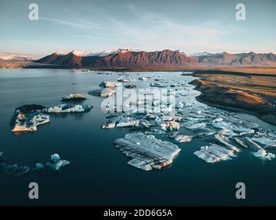 Photo aérienne de haute qualité de la lagune glaciaire Jokulsarlon en Islande avec les énormes icebergs et les montagnes en arrière-plan. Changement climatique élevé