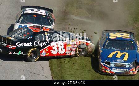 PAS DE FILM, PAS DE VIDÉO, PAS de TV, PAS DE DOCUMENTAIRE - Jason Leffler (38), Bobby Hamilton, Jr. (35), et Sam Hornish, Jr. (12) sont parmi plusieurs voitures impliquées dans une épave lors de la course NASCAR Busch Series Orbitz 300 au Daytona International Speedway à Daytona Beach, FL, USA le 17 février 2007. Photo de Stephen M. Dowell/Orlando Sentinel/MCT/Cameleon/ABACAPRESS.COM