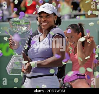 PAS DE FILM, PAS DE VIDÉO, PAS de TV, PAS DE DOCUMENTAIRE - Serena Williams, des États-Unis, détient son trophée après avoir battu Jelena Jankovic, de Serbie, dans les finales à l'Open de Sony Ericsson à Key Biscayne, FL, USA le 5 avril 2008. Photo d'Al Diaz/Miami Herald/MCT/Cameleon/ABACAPRESS.COM