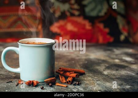 Thé de masala (chaï de masala). Boisson indienne chaude à base de lait et de thé avec ajout d'épices et d'herbes.