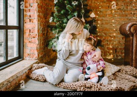 23 novembre 2020. Anapa, Russie. Fille Yong avec mère à l'intérieur de Noël. Vacances d'hiver.