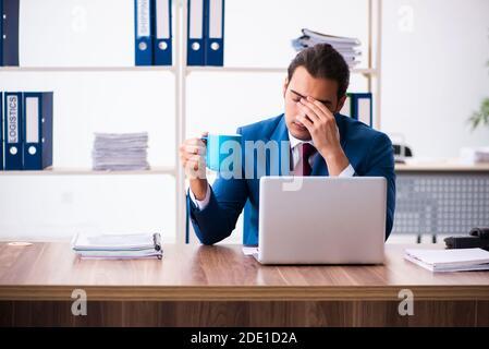 Jeune employé travaillant au bureau Banque D'Images