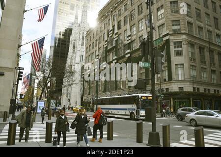 New York, New York, États-Unis. 27 novembre 2020. Moins de personnes que d'habitude marchent sur la cinquième avenue de New York alors que les ventes du Black Friday commencent le 27 novembre 2020, avec des infections à coronavirus toujours endémique aux États-Unis. (Kyodo)==Kyodo photo via crédit: Newscom/Alay Live News Banque D'Images
