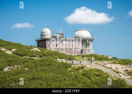 TATRANSKA LOMNICA, SLOVAQUIE, AOÛT 2020 - vue sur l'observatoire du lac Skalnate Pleso, haute Tatras, Slovaquie