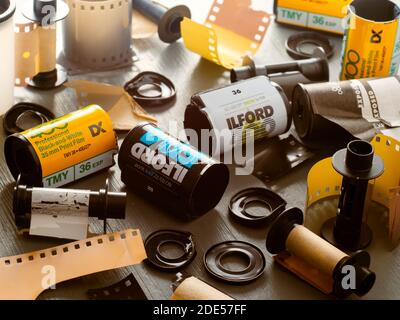 Cartouches de film 35 mm vides du film développé restant dans un chambre noire