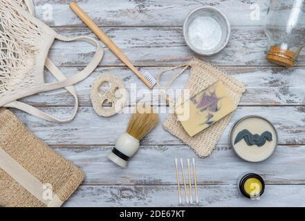Aucun déchet accessoires de salle de bains sur fond de bois. Produit naturel écologique en bambou. Articles de beauté sans plastique.