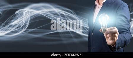 Main d'homme d'affaires tenant une ampoule lumineuse. Nouvelles idées avec la technologie innovante et la créativité. Résumé de recherche. Espace de copie, interdiction Banque D'Images