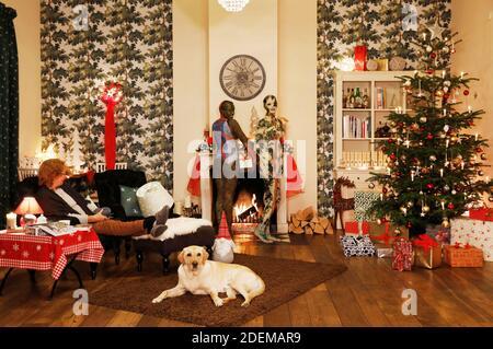 """Échauffement pendant la pause - peinture de Noël avec la grand-mère Sabine S., le chien Louis, le modèle Marilena comme lampe de plancher et le modèle Darky comme un cadeau au restaurant Castle Hehlen. Travail sur le clip de Noël """"le Noël de l'artiste - UN Bodypainting clip vidéo de l'atelier Düsterwald"""" par Jörg Düsterwald et Alexander grosse-Strangmann. Hehlen le 28 novembre 2020"""