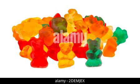Vue latérale d'une pile de bonbons à l'ours gummi colorés isolés sur un fond blanc.