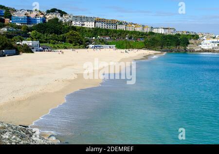 jour d'été ensoleillé à la plage de porthminster à st ives cornwall angleterre