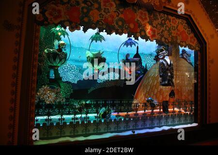 Vue générale de 'la ruche de Noel' pendant la nuit d'ouverture des fenêtres de Noël au grand magasin des Galeries Lafayette le 20 novembre 2019 à Paris. Photo de Denis Guignebourg/ABACAPRESS.COM Banque D'Images