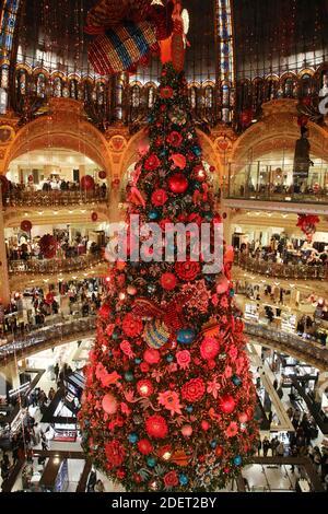 Une photo prise le 20 novembre 2019 montre l'arbre de Noël pendant la nuit d'ouverture des fenêtres de Noël au grand magasin des Galeries Lafayette à Paris. Photo de Denis Guignebourg/ABACAPRESS.COM Banque D'Images