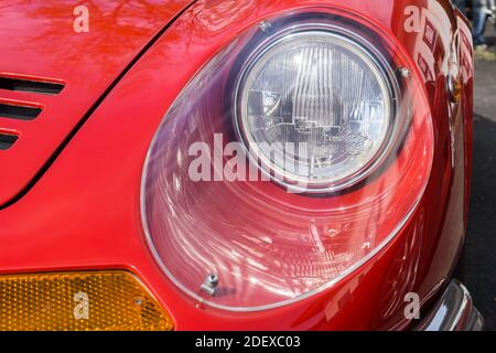 Gros plan du phare et du capot sur un Rouge années 1970 Ferrari Dino 246 GT voiture de sport