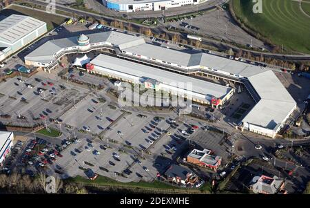 Vue aérienne du complexe du centre commercial Lakeside Village Outlet à Doncaster, dans le Yorkshire du Sud, au Royaume-Uni