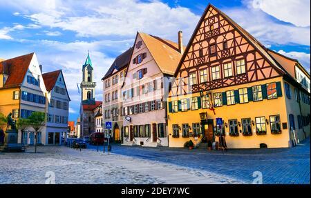 Voyage en Bavière (Allemagne) - la vieille ville de Dinkelsbuhl avec des maisons traditionnelles colorées. Célèbre itinéraire « route romantique »