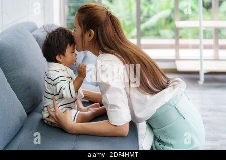 Gros plan portrait d'une belle jeune mère asiatique embrassant son nouveau-né pour aimer asia femme style de vie de la mère concept de jour avec espace de copie.