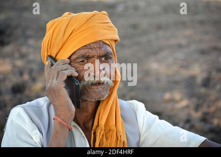 TIKAMGARH, MADHYA PRADESH, INDE - 23 NOVEMBRE 2020 : un vieil Indien parle au téléphone mobile. Banque D'Images