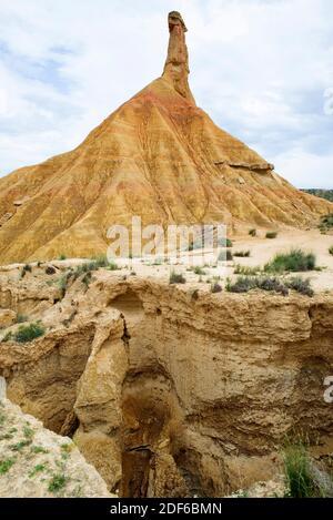 Les Badlands sont des terrains secs formés de roches sédimentaires plus douces (argile), faciles à éroder par l'eau ou le vent. Cette photo (Castil de Tierra) a été prise en