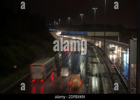 Glasgow, Écosse, Royaume-Uni. 4 décembre 2020. Photo : malgré plus de neige pendant la nuit, l'autoroute M8 ce matin à l'heure de pointe à 7:00 a montré des projections de surface avec beaucoup d'eau pulvérisée par les véhicules, rendant les conditions de conduite difficiles. Crédit : Colin Fisher/Alay Live News