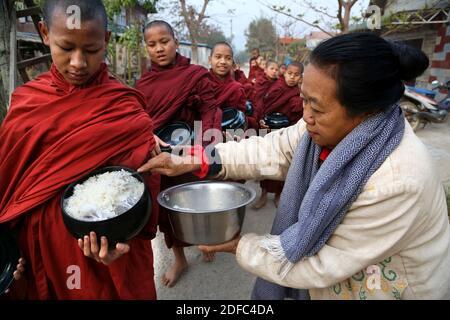 Myanmar (Birmanie), Nyaung-U, rituel quotidien, les moines bouddhistes reçoivent du riz de la population