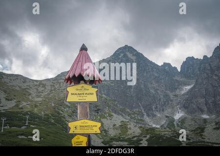 TATRANSKA LOMNICA, SLOVAQUIE, AOÛT 2020 - panneau Skalnate pleso sur poteau en bois avec toit en Slovaquie. C'est un lac situé dans les montagnes des Hautes Tatras
