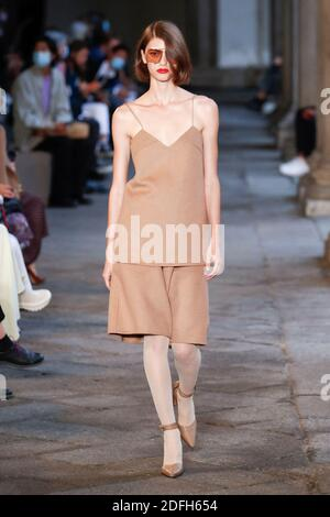Des modèles défilent sur la piste du Max Mara lors de la semaine de la mode des femmes de Milan à Milan, en Italie, le 24 septembre 2020. Photo d'Alain Gil-Gonzalez/ABACAPRESS.COM