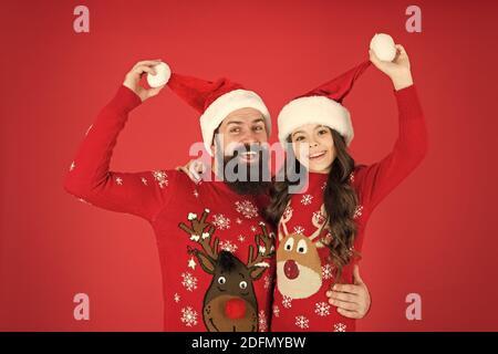 Meilleures vacances. portrait de famille. d'hiver fête. heureux père et fille amour noël. petite fille et papa santa hat. daddy et kid fond rouge. Noël est ici. Prêt pour une nouvelle année. Banque D'Images