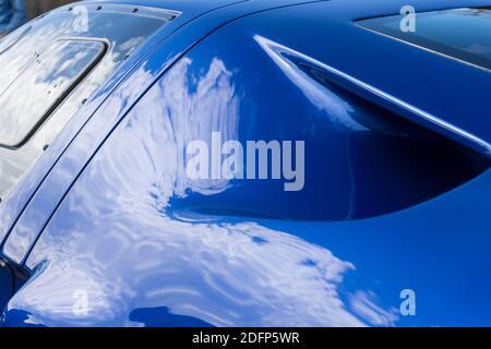 Gros plan d'un conduit d'admission du moteur sur un Superformance GT40R bleu et blanc métallisé réplique de haute qualité de Le Ford GT40 Banque D'Images