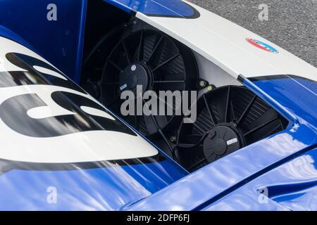 Gros plan sur les ventilateurs de radiateur à l'avant D'un bleu métallique et blanc Superformance GT40R haute qualité Réplique du Ford GT40 Banque D'Images
