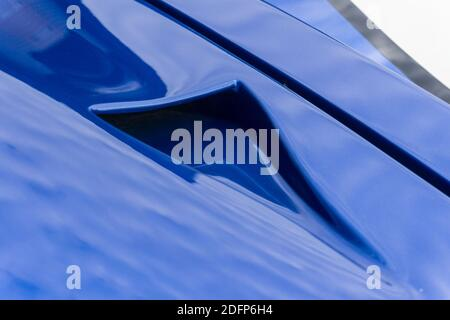 Gros plan d'un conduit NACA sur le capot D'un bleu métallique et blanc Superformance GT40R haute qualité Réplique du Ford GT40 Banque D'Images