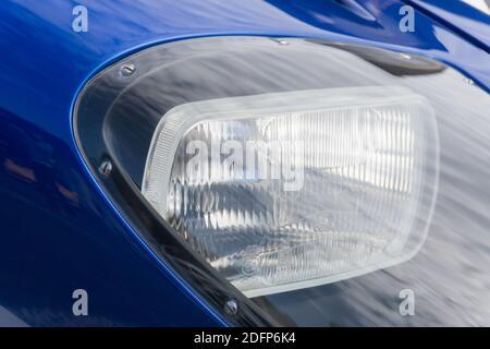 Gros plan du projecteur et de la carrosserie sur un Superformance GT40R bleu et blanc métallisé réplique de haute qualité de Le Ford GT40 Banque D'Images