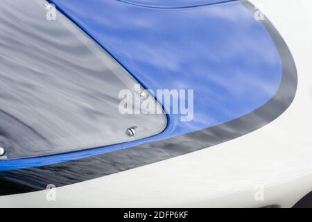 Gros plan du capot et du projecteur sur un Superformance GT40R bleu et blanc métallisé réplique de haute qualité de Le Ford GT40 Banque D'Images