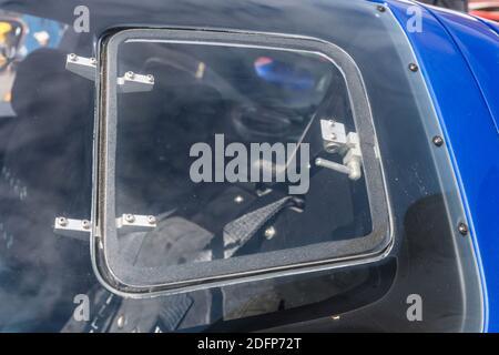 Gros plan de la vitre de porte conducteur Perspex activé Une réplique de haute qualité métallique bleu et blanc Superformance GT40R De la Ford GT40 Banque D'Images