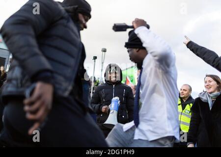 Manifestation anti-verrouillage à Stratford, Londres, 5 décembre 2020. Les manifestants dansent.