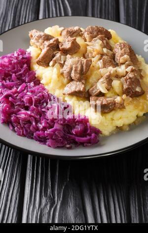 Hachee est un ragoût traditionnel de boeuf et d'oignon que l'on trouve dans pratiquement toutes les maisons néerlandaises. gros plan dans la plaque sur la table. Vertical