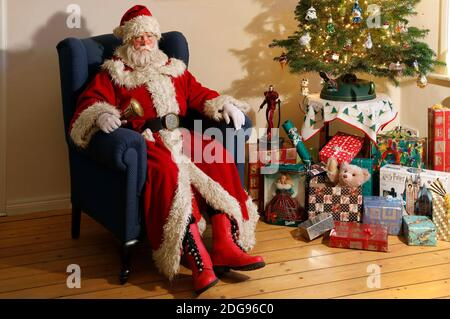 GEEK ART - Bodypainting et Transformaking: 'The Grinch Steals Christmas' photoshooting avec Fabian Zesiger comme Santa Claus à la Villa Czarnecki à Hameln le 7 décembre 2020 - UN projet du photographe Tschiponnique Skupin et du peintre du corps Enrico Lein
