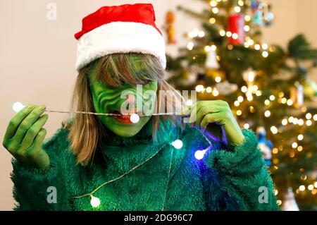 GEEK ART - Bodypainting et Transformaking: 'The Grinch Steals Christmas' photoshooting avec Maria Skupin comme Mme Grinch à la Villa Czarnecki à Hameln le 7 décembre 2020 - UN projet du photographe Tschiponnique Skupin et du peintre du corps Enrico Lein