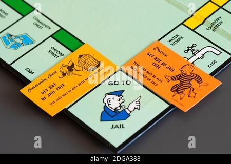 Une chance et un coffre communautaire sortent de prison Carte gratuite sur un tableau de monopole à côté de la Go À la place de la prison